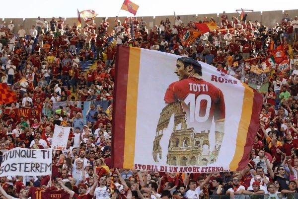 roma-tribunlerindeki-francesco-totti-pankarti.jpg